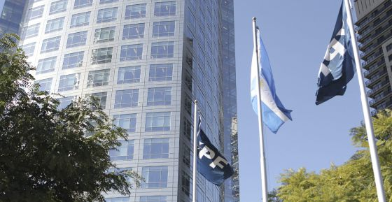 Vista de la sede de la petrolera Argentina YPF, en Buenos Aires.
