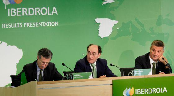 José Luis San Pedro, director general de Negocios, el presidente, Ignacio Sánchez Galán, y José Sainz Armada, director financiero.