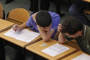 Un estudio de la Universidad de Las Palmas (Ulpgc) cifra en 40.000 millones de euros el coste social de la corrupción en España. En la imagen, dos jóvenes leen las instrucciones para realizar las Pruebas de Acceso a la universidad. EFEArchivo