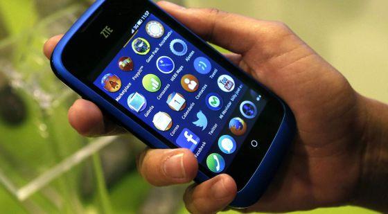 Un usuario con su teléfono móvil.
