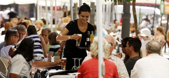 Una camarera trabajando en una terraza del centro del Valencia.