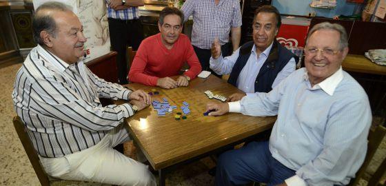 El mexicano Carlos Slim (izq.) visitó Galicia la pasada semana y aprovechó para jugar al dominó en Avión (Ourense).
