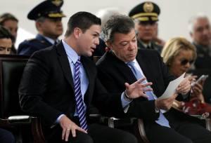 En la imagen, el presidente de Colombia, Juan Manuel Santos (d), habla con el ministro de defensa, Juan Carlos Pinzón durante la celebración de los 194 años de la Batalla de Boyacá y el día del Ejército de Colombia en Medellín (Colombia).