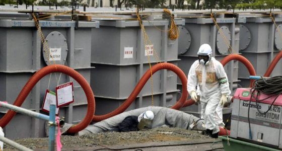 Un trabajador con ropa protectora, alrededor de los tanques de agua en la central de Fukushima.