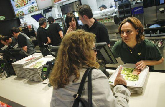 Patricia Abril, presidenta de McDonald's España, atiende al público en un restaurante de la cadena.