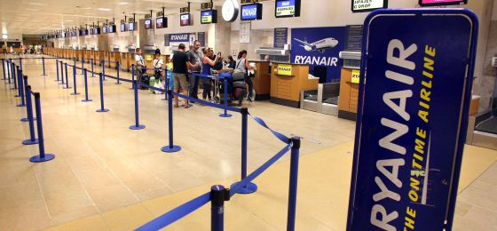 Puestos de facturación de Ryanair en el Aeropuerto de Girona.