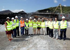 Fotografía facilitada por el Ministerio de Fomento de la titular del Departamento, Ana Pastor (c), entre otros, durante la visita que ha realizado hoy a las obras de la autovía del Mediterráneo (A-7) en la provincia de Granada.