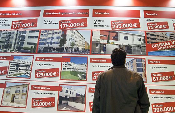 Expositor con ofertas inmobiliarias