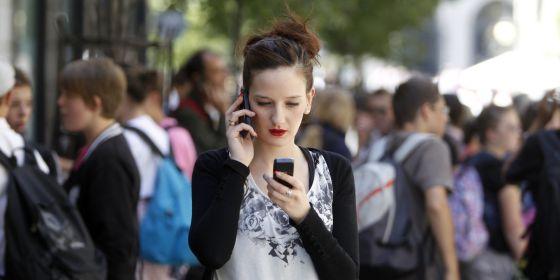Jóvenes con el teléfono móvil en Madrid.