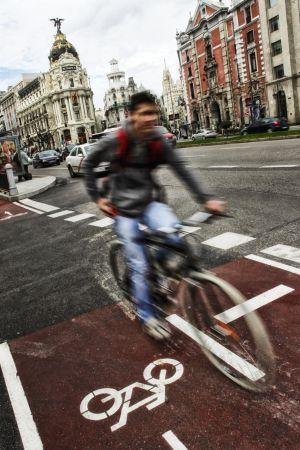 Un ciclista en la calle de Alcalá, en Madrid