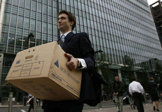 Un empleado de Lehman Brothers abandona la sede del banco en Londres