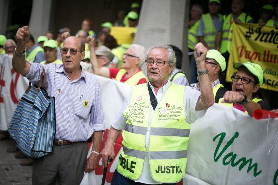 Decenas de 'iaioflautas' ocupan la sede de la Seguridad Social en Barcelona contra la reforma de las pensiones.rn