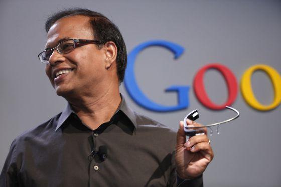 Amit Singhal, vicepresidente de Google, en una presentación de las nuevas gafas de la compañía.