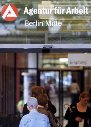 En la imagen, varias personas entrando en una Agencia de Empleo en Berlín, Alemania. EFEArchivo