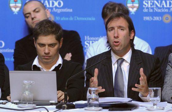 El ministro de Economía de Argentina, Hernan Lorenzino, junto a Axel Kicillof, viceministro, el pasado 9 de mayo, durante la presentación de la amnistía fiscal