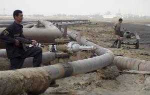 IRAK PETRÓLEO PRECIOS:EBAG07B BASORA (IRAK) 22112007.- Un oficial de seguridad y un obrero trabajan en un oleoducto de una refinería del pueblo de Umm Quasar en Basora, Irak, hoy, jueves 22 de noviembre. El precio del crudo de la OPEP ha batido un nuevo récord al cotizar a 91,91 dólares por barril, tras subir más del 2 por ciento frente al valor de la jornada anterior, esa subida se produjo en una jornada en la que los precios del crudo Brent y del Petróleo Intermedio de Texas (WTI), las referencias en Europa y EEUU, respectivamente, alcanzaran también nuevos máximos. Se ha atribuido a la evolución del dólar el comportamiento de los precios del crudo. EFEHaider Al-Assadee