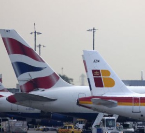 Un avión de Iberia junto a otro de su socia British Airways