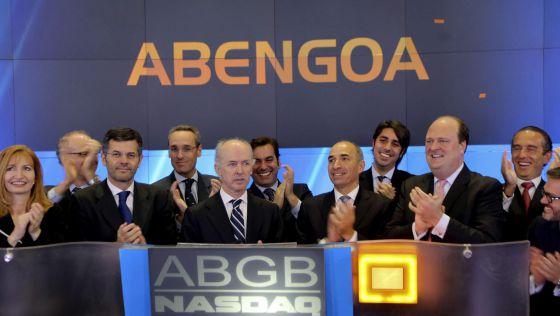 El presidente de la compañía española Abengoa, Felipe Benjumea (quinto por la izquierda), y el consejero delegado, Manuel Sánchez (quinto por la derecha), durante el estreno de la compañía en el mercado Nasdaq, en Nueva York