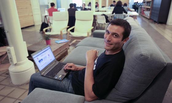 Albert Cañigueral, en el 'cooworking' donde trabaja en Barcelona.