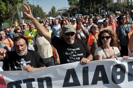 Manifestación de empleados de los colegios despedidos.
