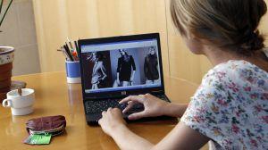 Una mujer consulta la página web de Zara en Internet