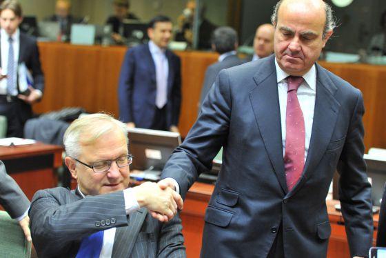 El ministro Guindos saluda a Olli Rehn, en una pasada reunión del Eurogrupo.