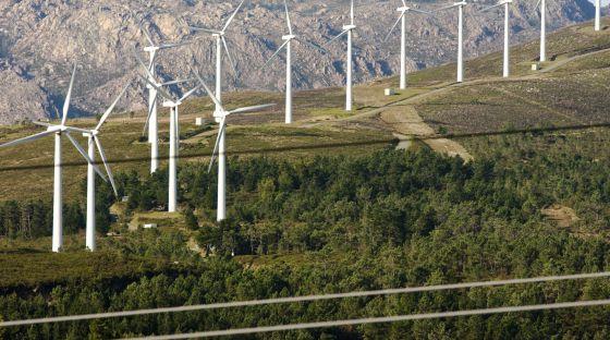 Vista del Monte Pindo con un parque eólico (A Coruña)