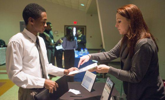 Un candidato rellena una solicitud, en una feria de empleo en Columbia.