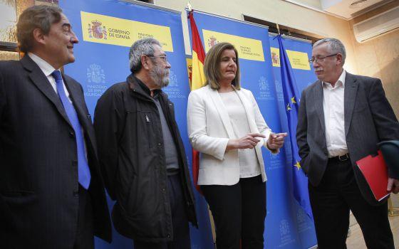 La ministra de Empleo, Fátima Báñez, entre el presidente de la CEOE, Juan Rosell, el secretario general de UGT, Cándido Méndez, y su homólogo de CCOO, Ignacio Fernández Toxo.