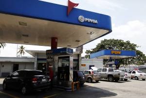 El subsidio estatal para que el litro de gasolina en Venezuela se venda a un centavo de dólar supera los 12.500 millones de dólares anuales, lo que alienta el derroche y el contrabando, que llega a 100.000 de los 700.000 barriles diarios destinados al consumo interno. EFEArchivo