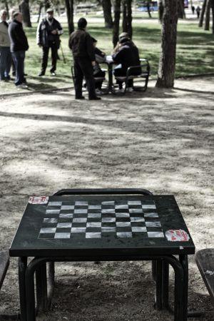Jubilados juegan a las cartas en el parque de El Paraíso de San Blas (Madrid).
