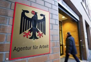 Vista del acceso a la oficina de empleo alemana hoy en Hannover (Alemania). El índice de desempleo en Alemania se situó en diciembre de 2013 en el 6,7 por ciento frente al 6,5 por ciento que se había registrado en noviembre, informó hoy la Agencia Federal de Empleo.
