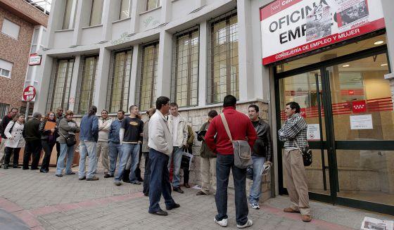 Cola ante la oficina del INEM del distrito de Carabanchel, en Madrid.