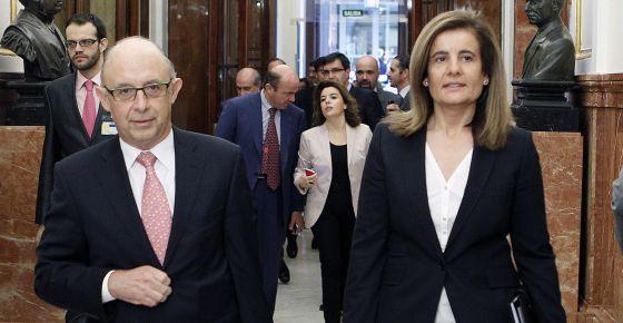 El ministro de Hacienda, Cristóbal Montoro, y la titular de Empleo, Fátima Báñez, entran en el Congreso seguidos del responsable de Economía, Luis de Guindos, y la vicepresidenta, Soraya Sáenz de Santamaría.