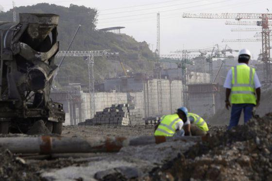 Trabajadores en las obras de ampliación del Canal.