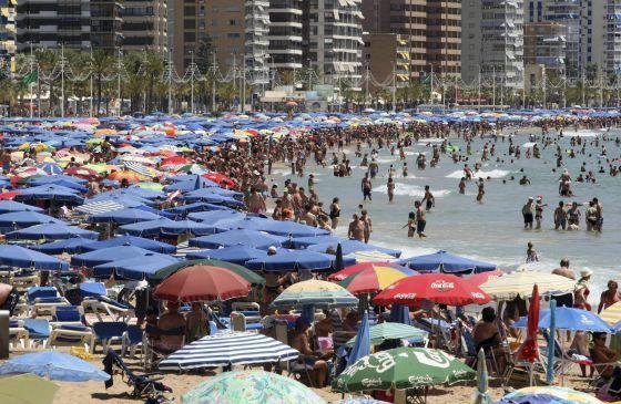 Miles de turistas abarrotan la playa de Levante de Benidorm. EFEArchivo