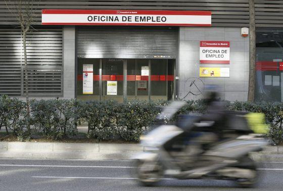 Una oficina de empleo con el cierre a medias, en Madrid.