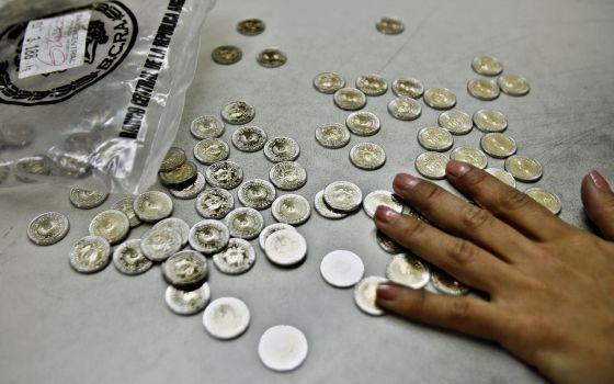 El desplome del peso castiga a las empresas españolas en la Bolsa