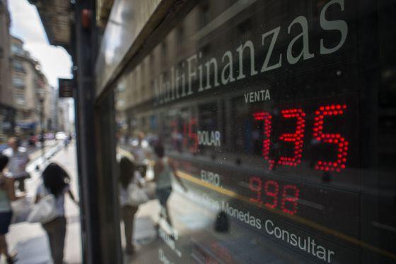 Un luminoso con el cambio del peso, este jueves en Buenos Aires.