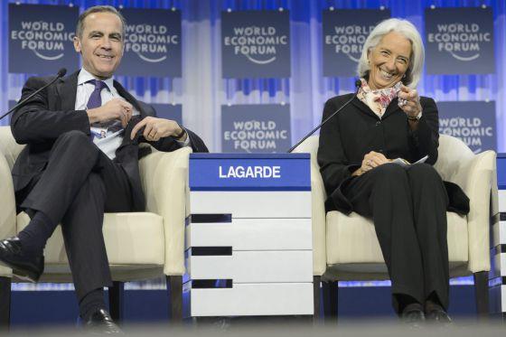 El gobernador del Banco de Inglaterra, Mark Carney, junto a la directora gerente del FMI, Christine Lagarde, durante un debate en Davos