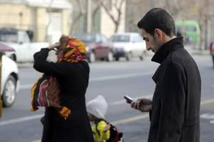 Un hombre utiliza su teléfono móvil en la calle. EFEArchivo