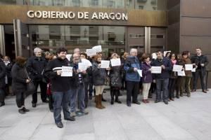 Una treintena de funcionarios durante la concentración que han llevado a cabo a las puertas de la Delegación Territorial del Gobierno de Aragón en Teruel para protestar por recortes como la supresión de la paga extra de Navidad. EFEArchivo