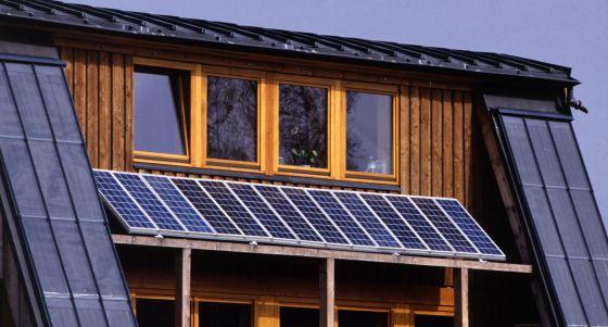 Imagen de paneles solares instalados en el tejado de una vivienda.