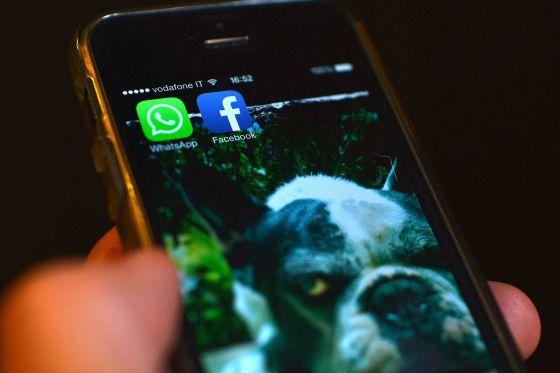 Un móvil con las aplicaciones de Facebook y WhatsApp