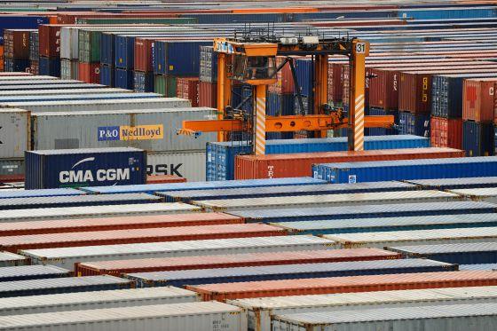 Imagen de los contenedores almacenados en el puerto de Barcelona.