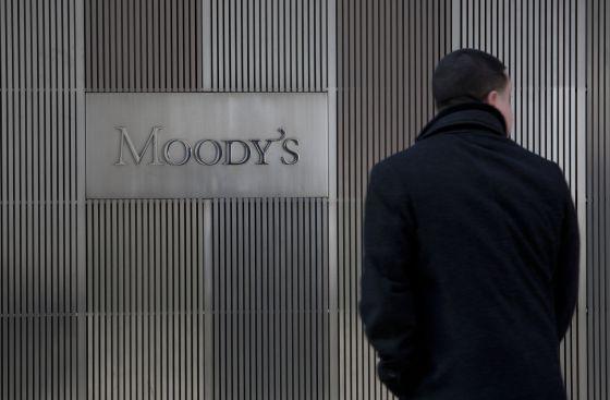 Un hombre ante la sede de Moody's en Nueva York