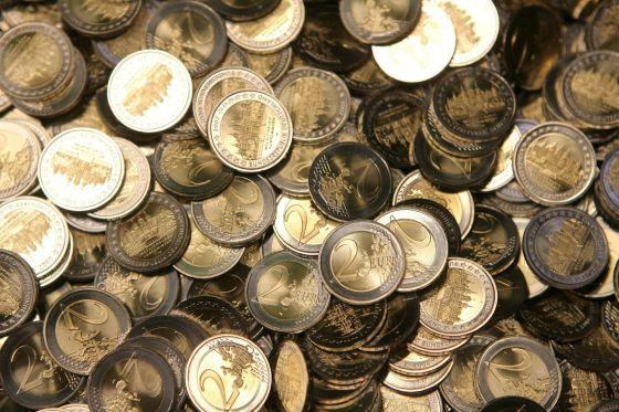 En la imagen, monedas de dos euros recién acuñadas.
