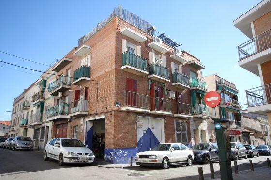 Fachada del bloque de viviendas, antes de la intervención, que ha sido costeada por 57 empresas.