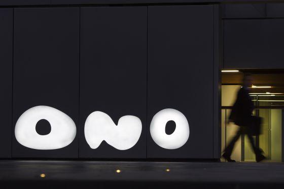 Un hombre pasa ante la puerta a la sede de Ono, en Pozuelo.