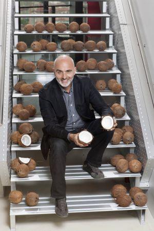 Miguel Conde Lobato, en las escaleras de la agencia BAP Conde en 2012.